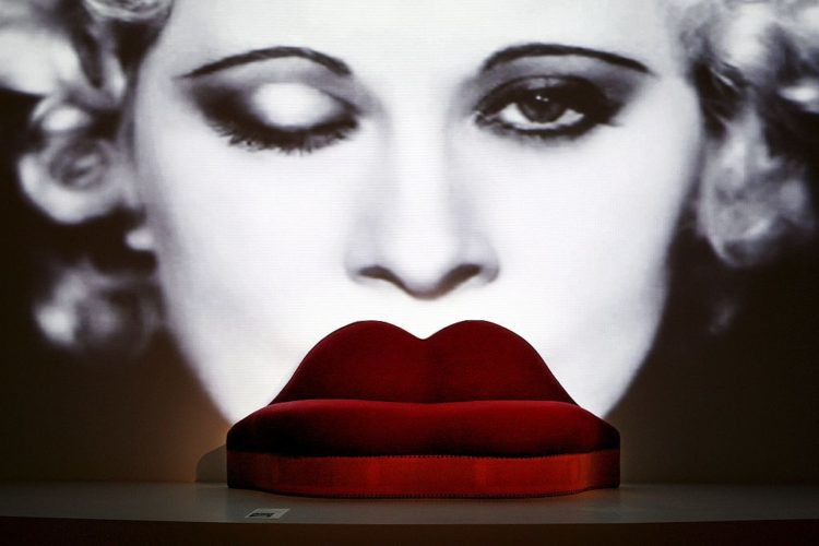 "sofá ""Labios de Mae West"" diseñado por Salvador Dalí -Edwards James"