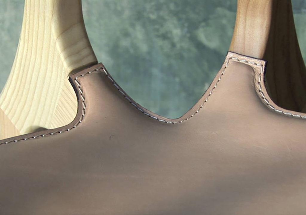 Detalle del tapizado en cuero de esta obra de arte del diseño Ibérico