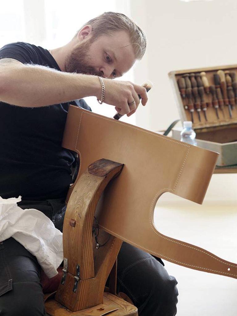 La spanish chair se fabrica de forma artersanal .